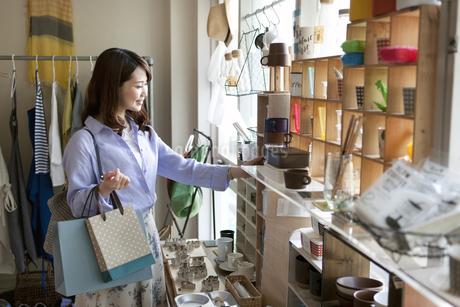 買い物をする女性の写真素材 [FYI01336405]