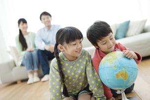 地球儀を見る姉と弟の写真素材 [FYI01336482]