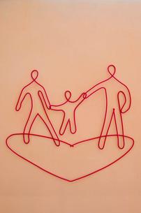 ワイヤーで作られた親子とハートの写真素材 [FYI01336498]