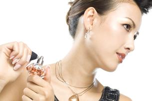 香水をつける女性の写真素材 [FYI01336594]