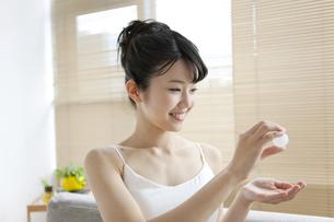 スキンケアをする女性の写真素材 [FYI01336631]