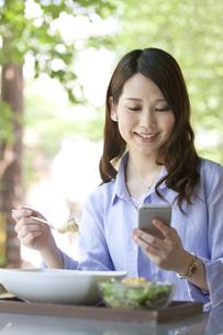 スマートフォンを操作する女性の写真素材 [FYI01336636]