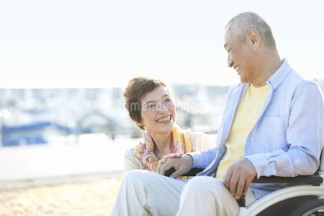 車いすに乗る夫と嫁の写真素材 [FYI01336672]