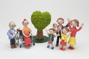 家族と緑のクラフトの写真素材 [FYI01336826]