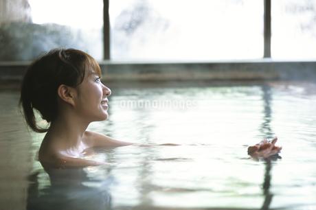 温泉につかる女性の写真素材 [FYI01336871]