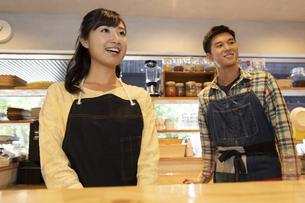 カフェで働く男女の店員の写真素材 [FYI01337011]