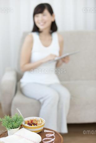 テーブルの上のシリアルとメジャーの写真素材 [FYI01337050]