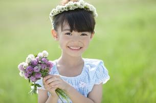 花束を持つ女の子の写真素材 [FYI01337106]