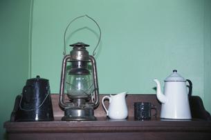 ランプとコーヒーポットと水差しの写真素材 [FYI01337237]