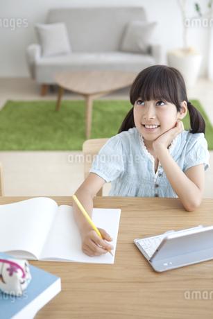 宿題をする女の子の写真素材 [FYI01337278]
