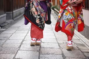 舞妓と石畳の写真素材 [FYI01337287]