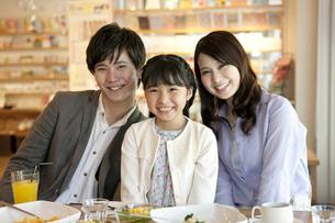 笑顔の家族3人の写真素材 [FYI01337297]
