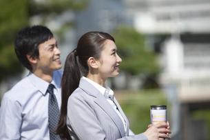 遠くを眺めるビジネスマンとビジネスウーマンの横顔の写真素材 [FYI01337319]
