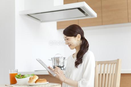 タブレットPCを見る女性の写真素材 [FYI01337342]