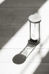 砂時計に差し込む光りの写真素材 [FYI01337404]