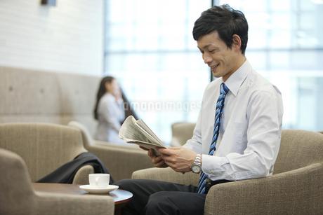 新聞を読むビジネスマンの写真素材 [FYI01337406]
