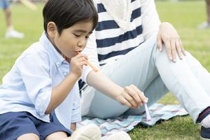 シャボン玉をする母親と息子の写真素材 [FYI01337409]