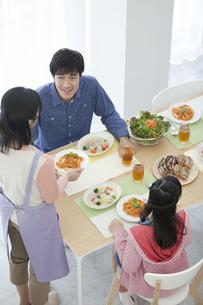 食事の準備をする家族の写真素材 [FYI01337428]