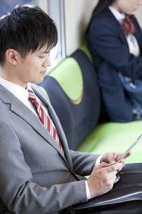通勤電車に乗るビジネスマンの写真素材 [FYI01337431]