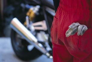 バイクを整備する人の写真素材 [FYI01337551]