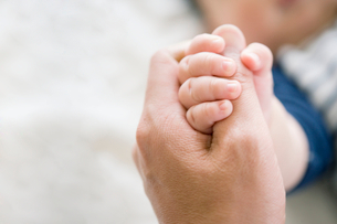 指を握りしめる赤ちゃんの写真素材 [FYI01337784]