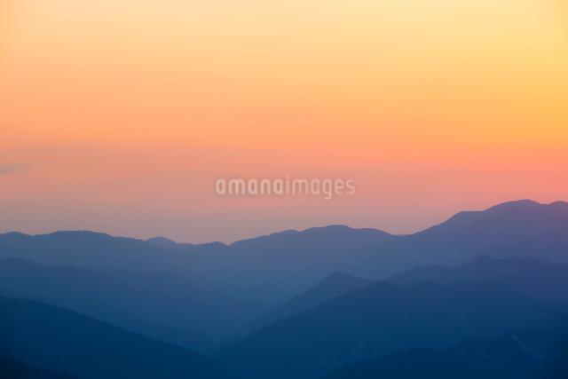 玉置神社から見た山々の夕景の写真素材 [FYI01337799]