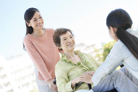 車いすに乗る老人と家族の写真素材 [FYI01337882]