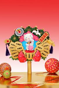 ハートをもった招き猫と熊手と毬の写真素材 [FYI01337918]