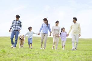 犬と散歩する3世代家族の写真素材 [FYI01338016]