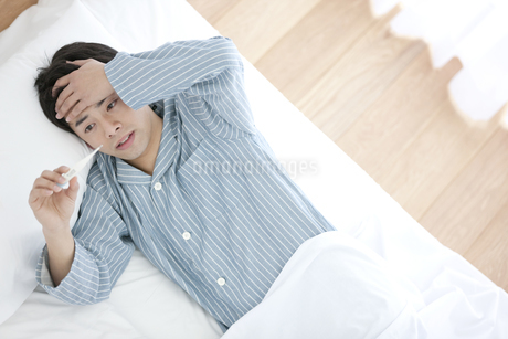 体温計を見ている男性の写真素材 [FYI01338135]
