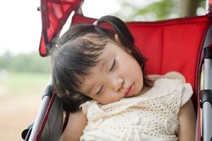 ベビーカーで眠る女の子の写真素材 [FYI01338217]