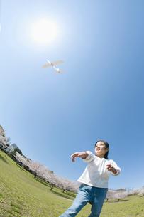 紙飛行機を飛ばす女の子の写真素材 [FYI01338246]