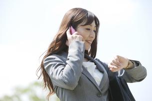 スマートフォンで通話するビジネスウーマンの写真素材 [FYI01338390]