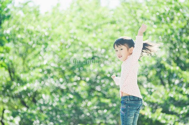 ジャンプする女の子の写真素材 [FYI01338413]