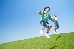 ジャンプする2人の子供の写真素材 [FYI01338583]