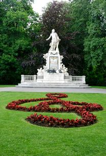 モーツァルトの像と庭園の写真素材 [FYI01338661]