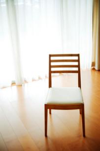 フローリングに椅子の写真素材 [FYI01338776]
