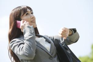 スマートフォンで通話するビジネスウーマンの写真素材 [FYI01338821]