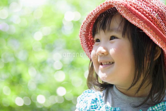 新緑の中で笑う女の子の写真素材 [FYI01338870]