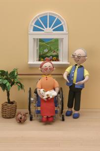 シニア男性と車椅子に乗るシニア女性の写真素材 [FYI01339016]