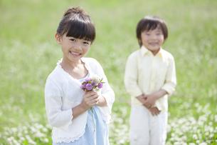 花束を持つ女の子の写真素材 [FYI01339024]