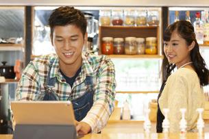 カフェで働く男女の店員の写真素材 [FYI01339036]