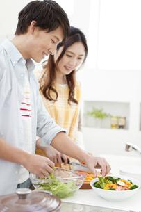 料理をしているカップルの写真素材 [FYI01339109]