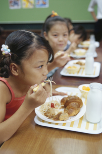 給食を食べる小学生の写真素材 [FYI01339118]