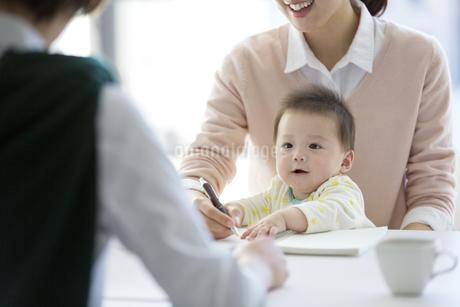 母親の膝に座る赤ちゃんの写真素材 [FYI01339123]