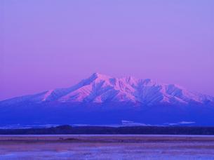 斜里岳の夕景とオホーツクの流氷の写真素材 [FYI01339127]