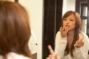 化粧をする女性の写真素材 [FYI01339391]