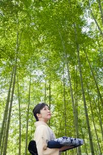 竹林の和服の日本人女性の写真素材 [FYI01339730]