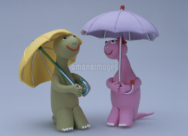 傘を差した恐竜のカップルの写真素材 [FYI01339882]