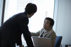 話をする男性上司と部下の写真素材 [FYI01339914]